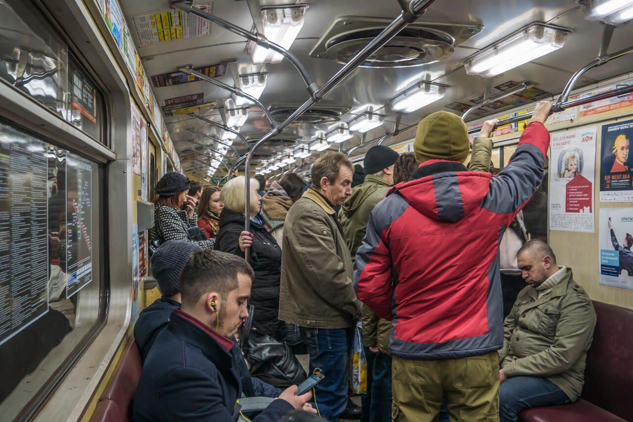 Wnętrze wagonu metra w Charkowie