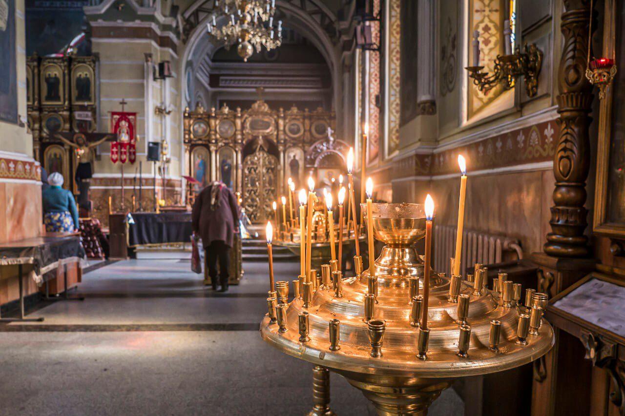 Świece wewnątrz Monasteru Opieki Matki Bożej