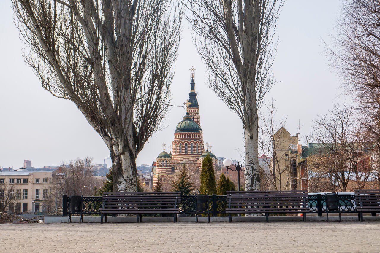 Sobór Zwiastowania w Charkowie widziany z oddali