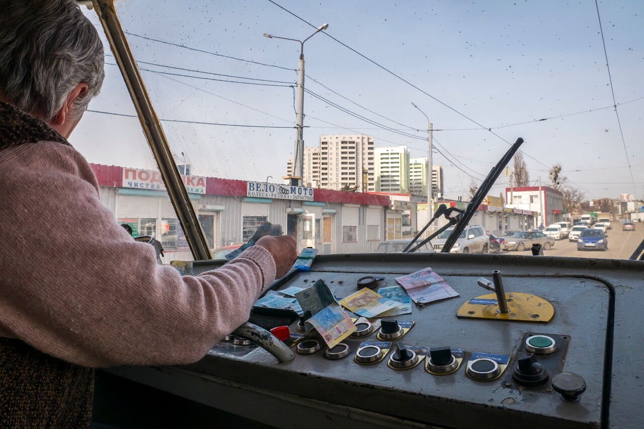 Kobieta prowadząca tramwaj w Charkowie