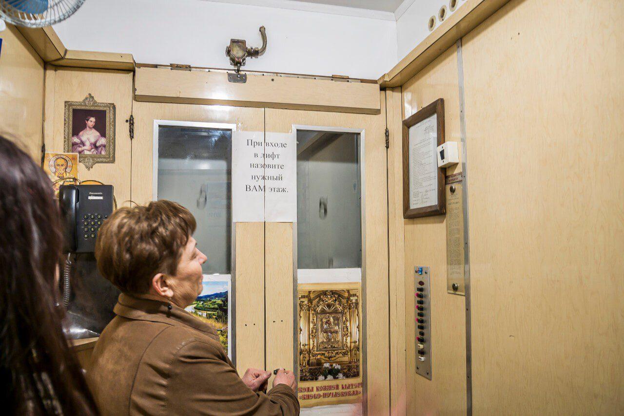 Kobieta obsługująca windę w Dierżpromie w Charkowie