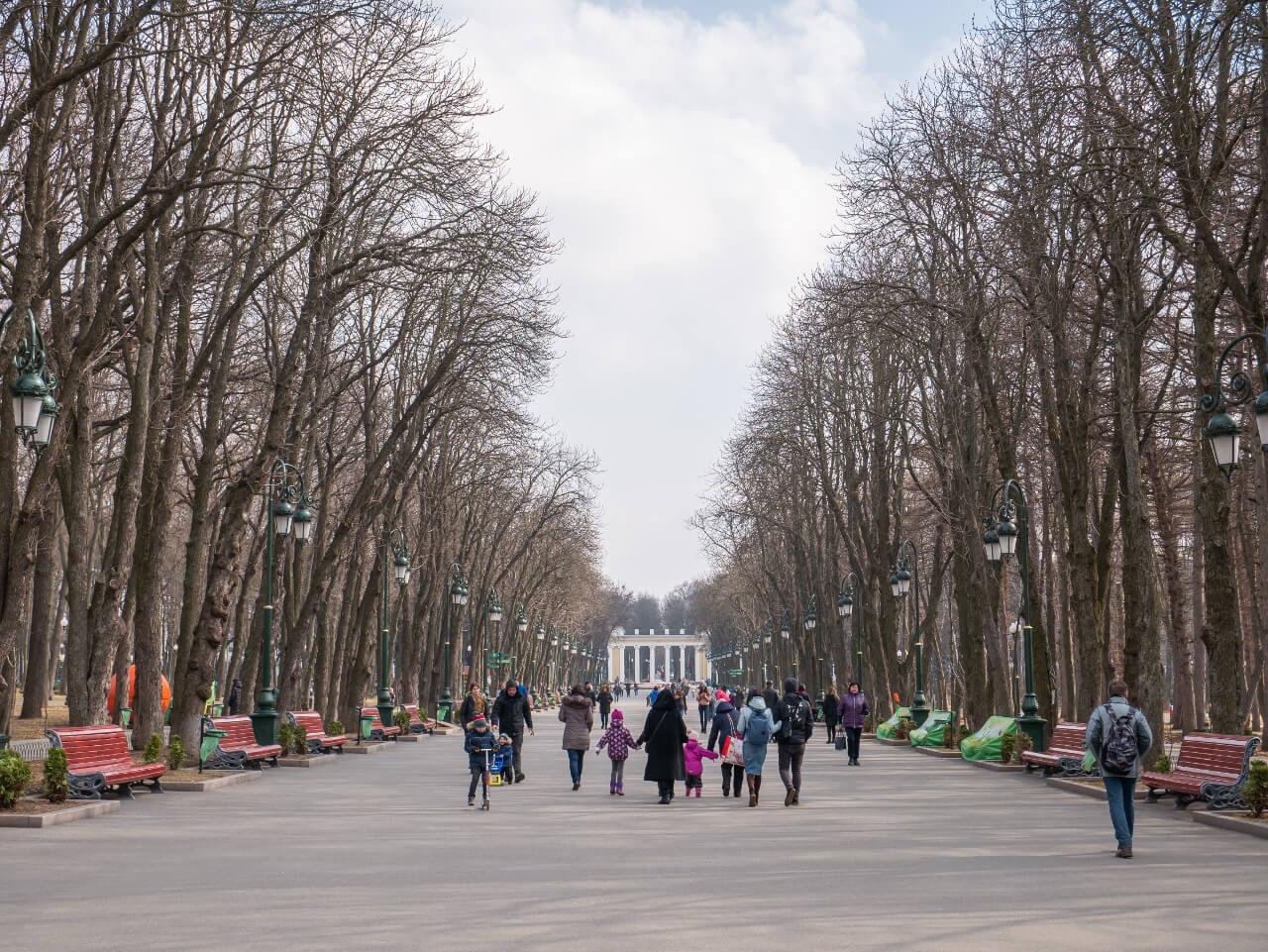 Główna aleja Parku Gorkiego w Charkowie