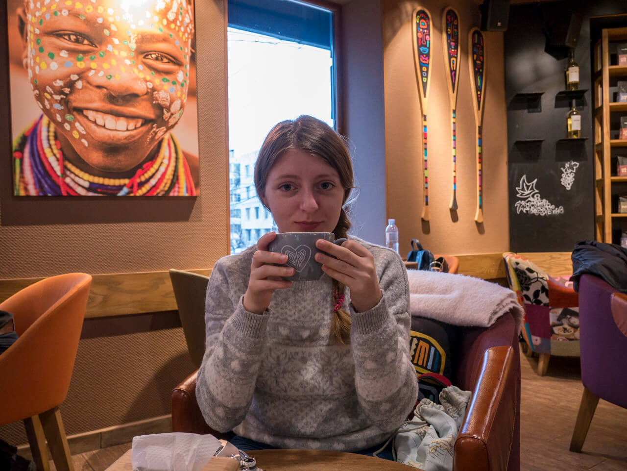 Natalia pije kawę w kawiarni
