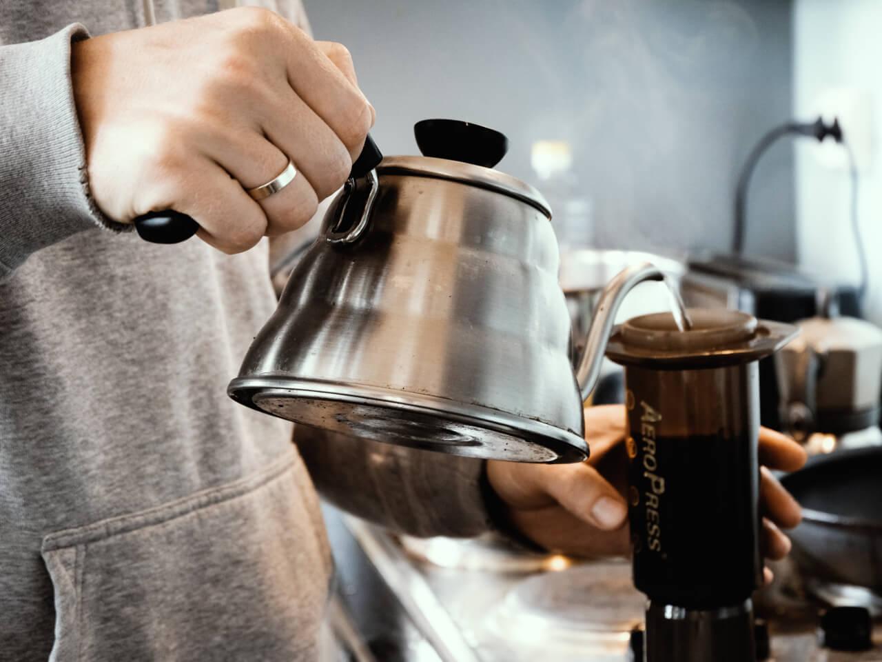 Robienie kawy przy użyciu Aeropress