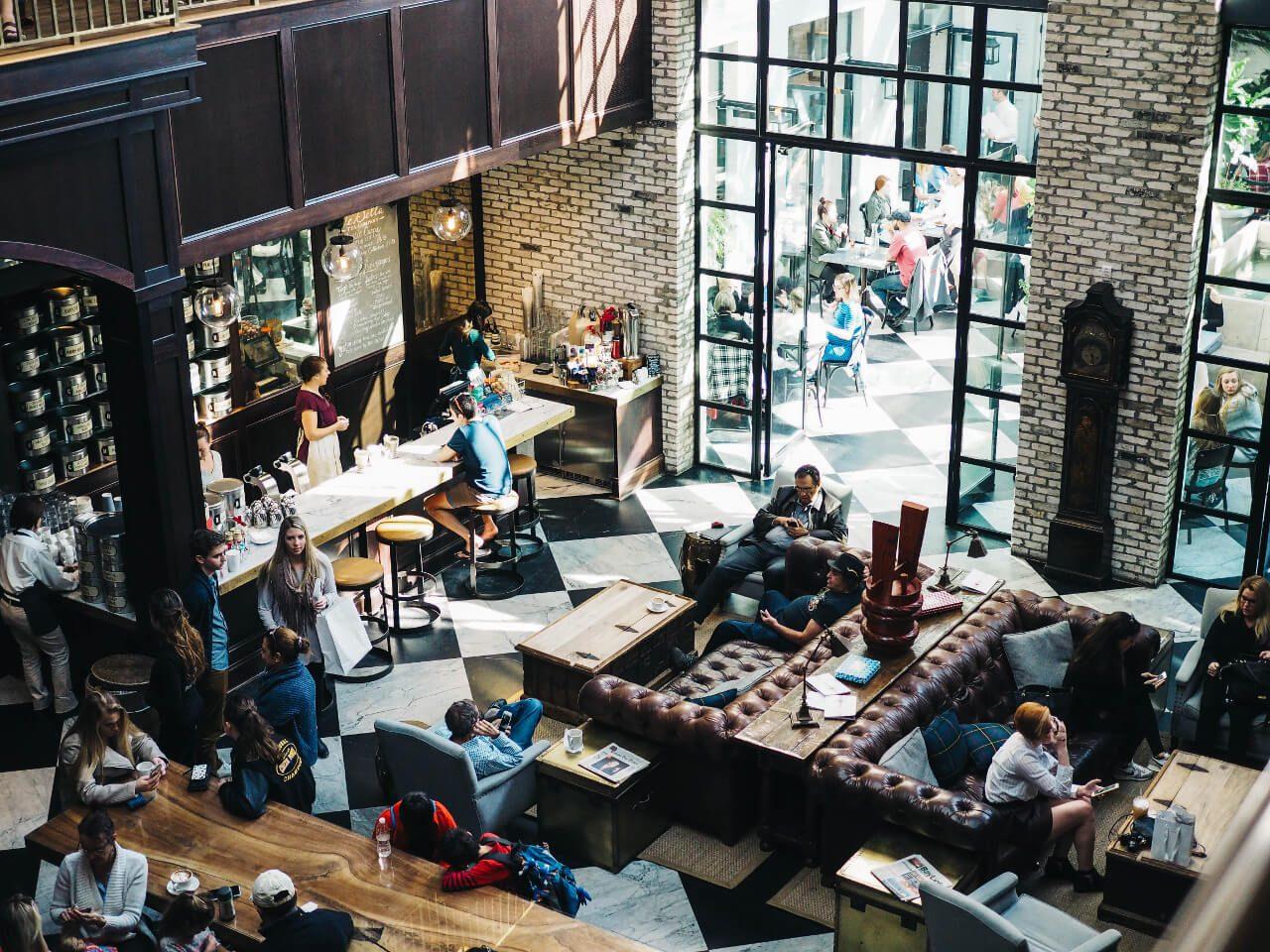 Wnętrze kawiarni widziane z góry