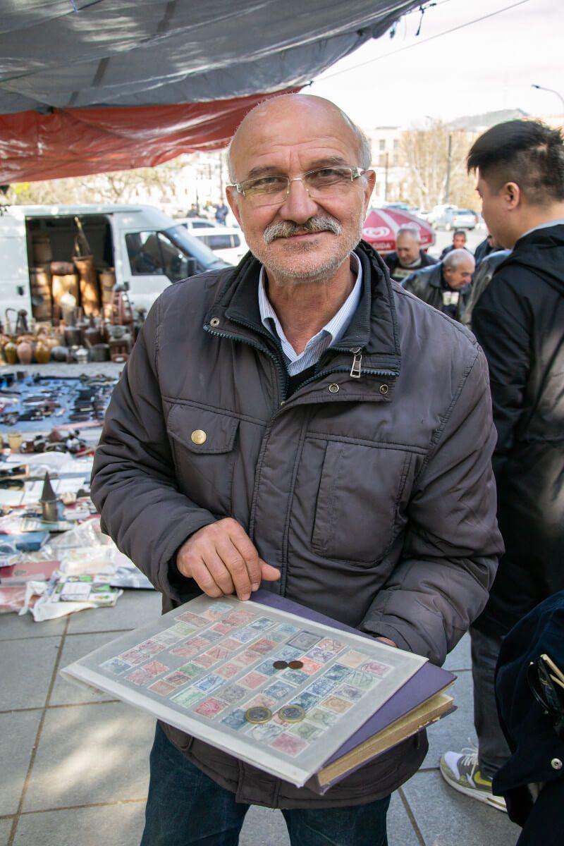 Mężczyzna z kolekcją banknotów