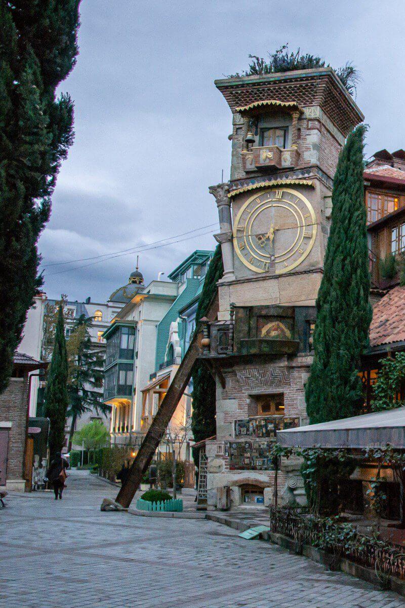 Wieża zegarowa w Tbilisi wieczorem