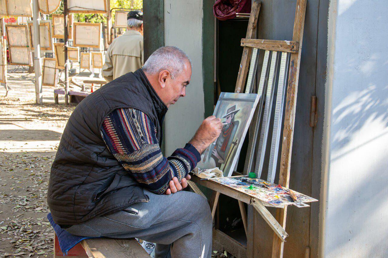 Artysta na targu na Suchym Moście w Tbilisi