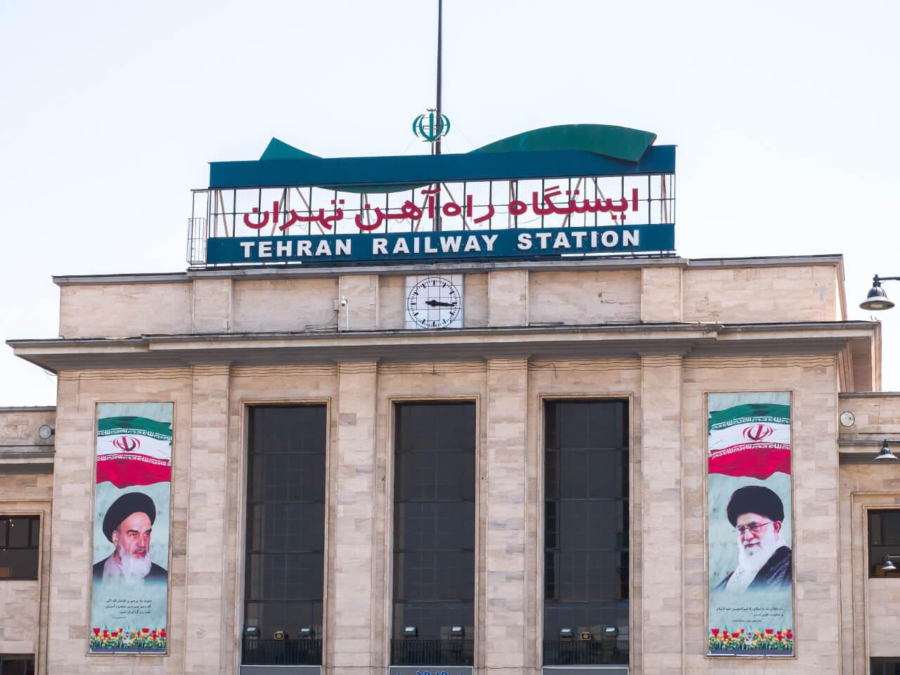Podobizny ajatollahów przed dworcem kolejowym w Teheranie