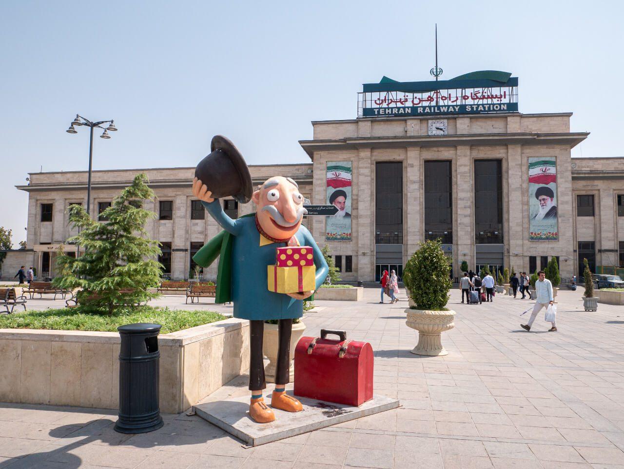 Wejście do dworca kolejowego w Teheranie