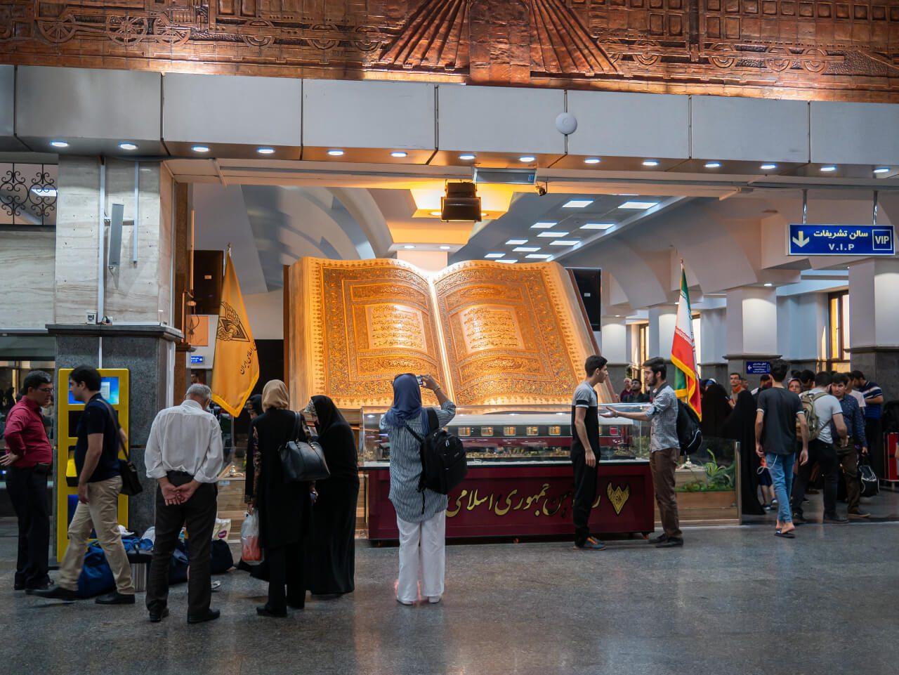 Koran na dworcu kolejowym w Teheranie