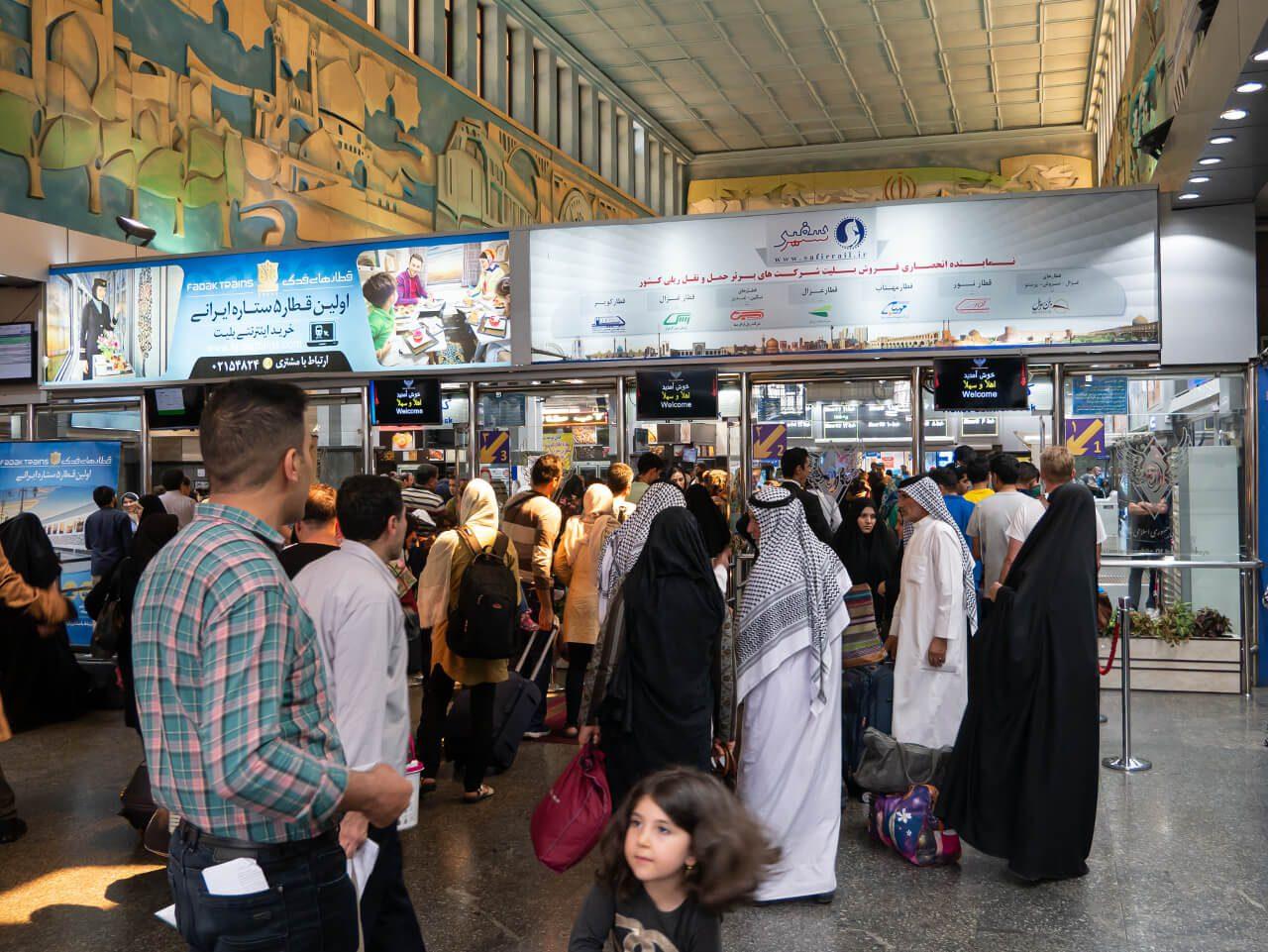 Wnętrze dworca kolejowego w Teheranie
