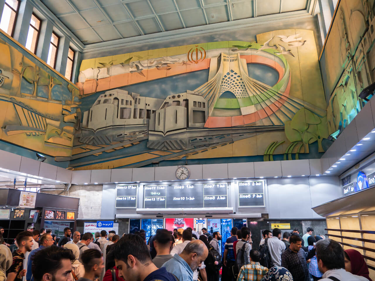 Tłum na dworcu kolejowym w Teheranie