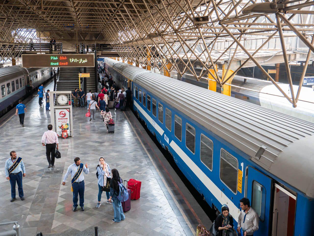 Peron dworca kolejowego w Teheranie