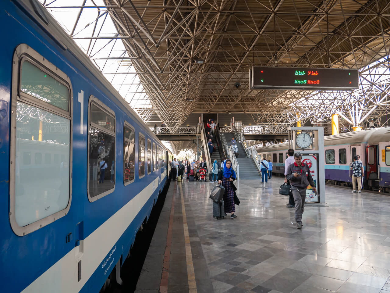 Pociąg z Teheranu do Shiraz przy peronie