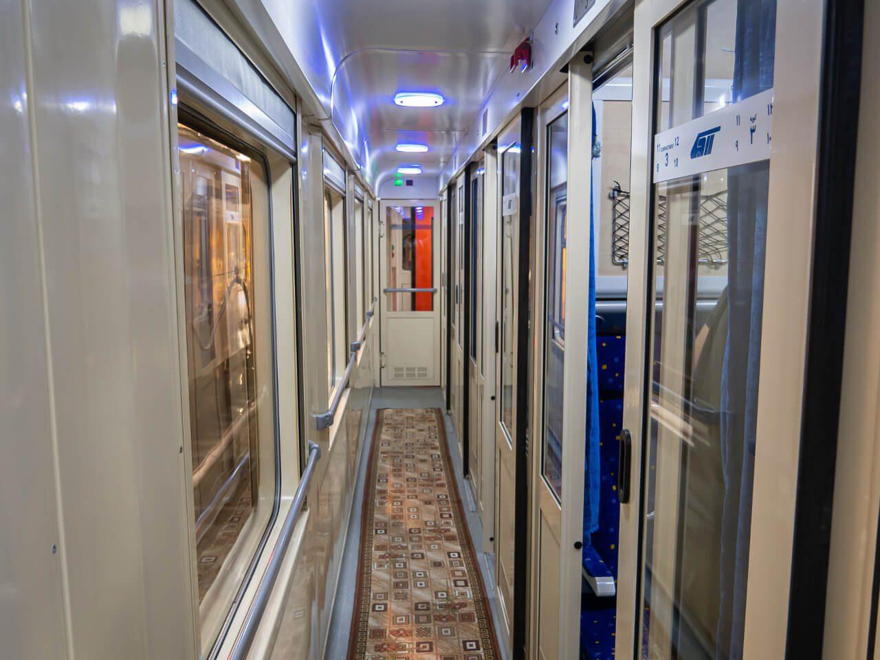 Wnętrze pociągu do Shiraz w Iranie