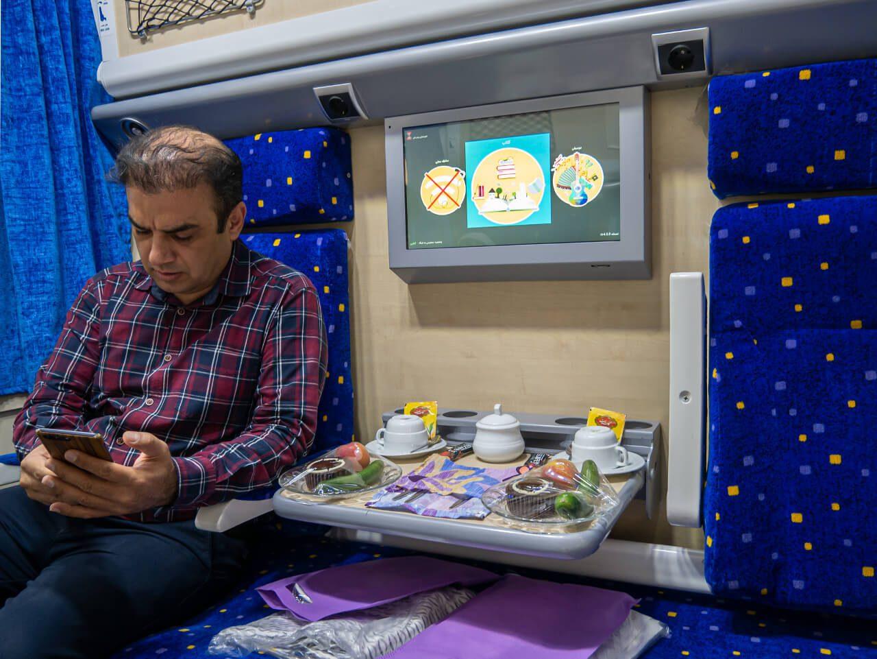 Wnętrze przedziału w pociągu z Teheranu do Shiraz