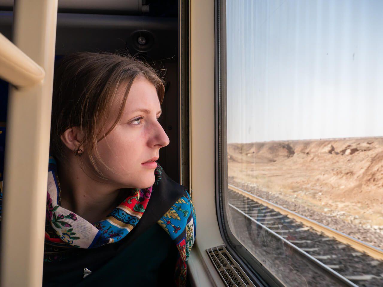 Natalia patrzy przez okno w pociągu do Shiraz