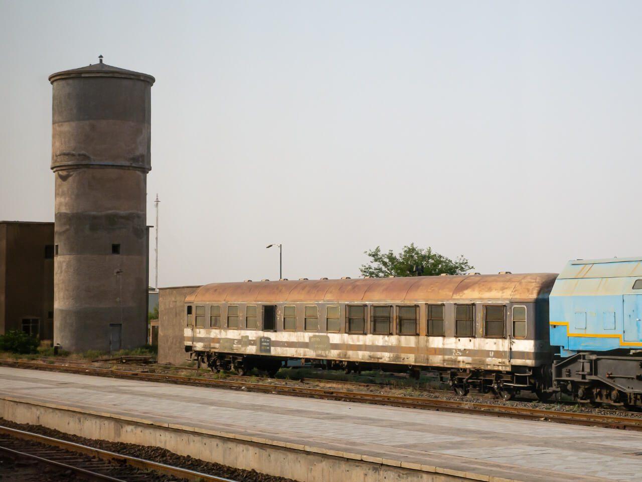 Zdezelowany wagon na linii kolejowej z Teheranu do Shiraz