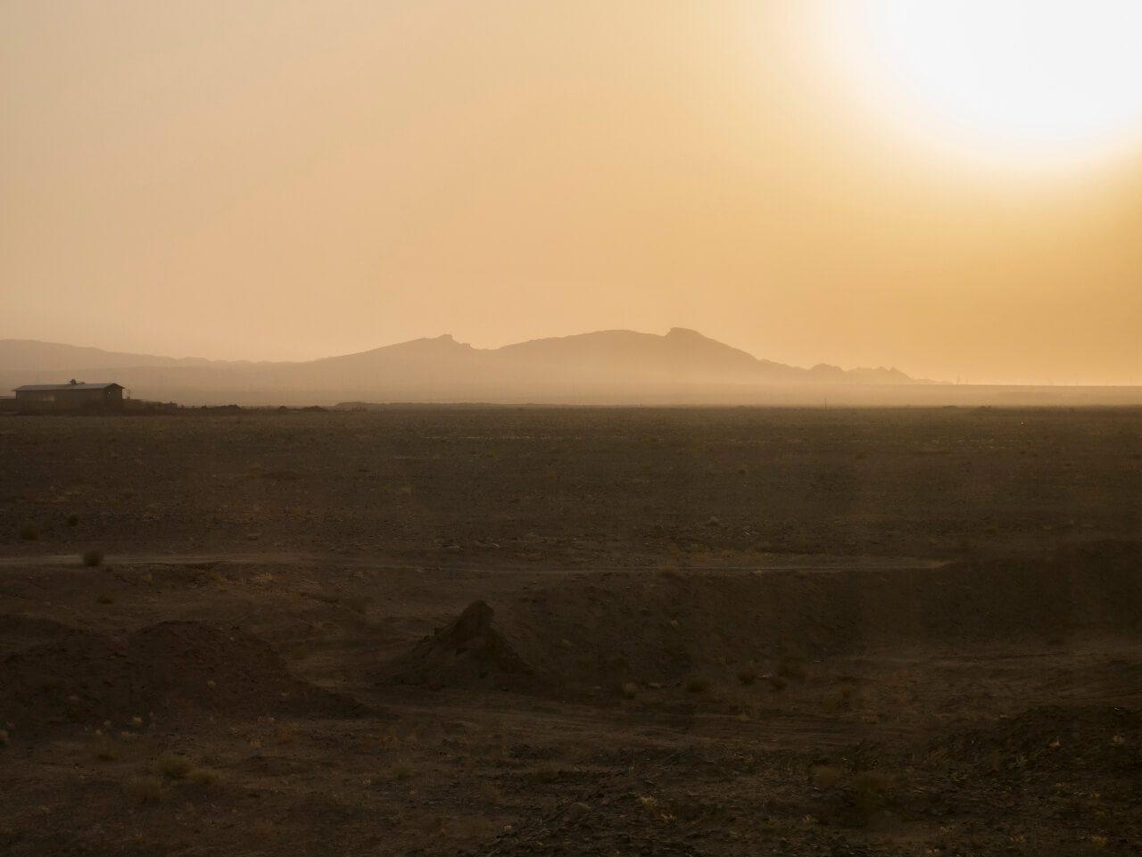 Zachodzące słońce na pustyni w Iranie