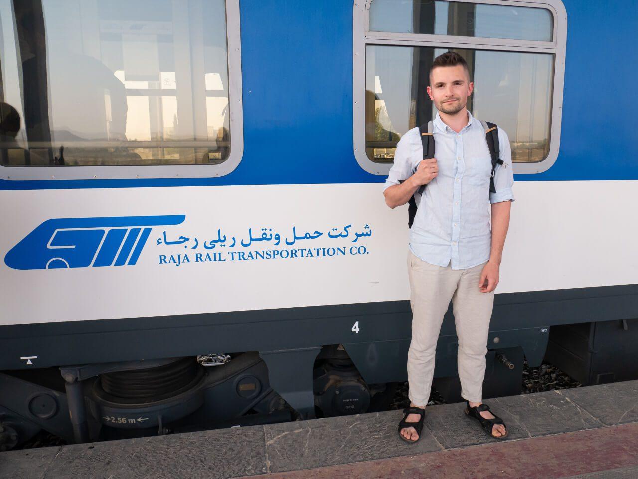 Bartek przed pociągiem z Teheranu do Shiraz