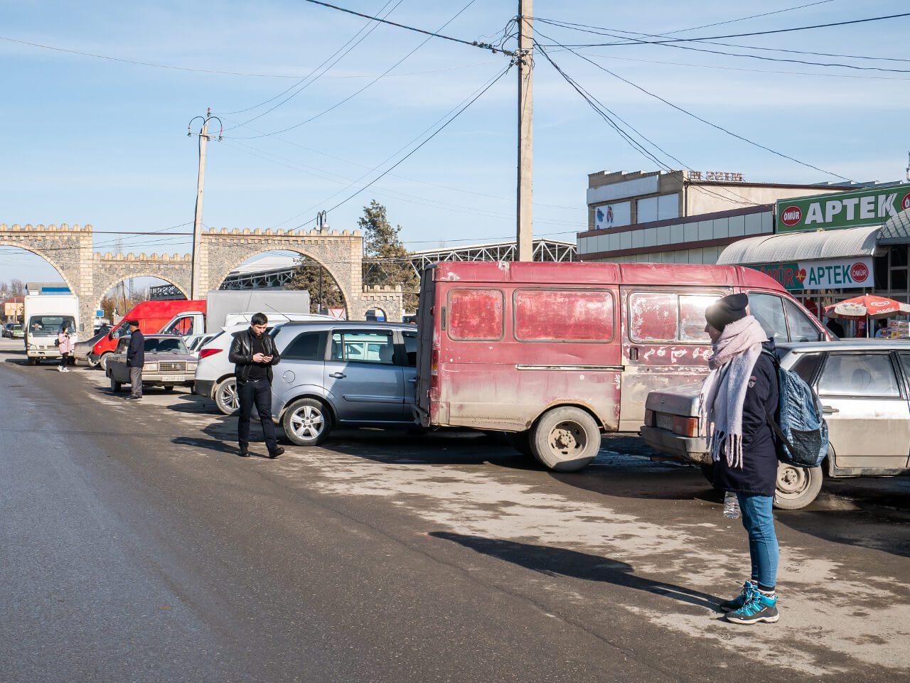 Plac w Qubie, skąd odjeżdżają samochody do Xinaliq