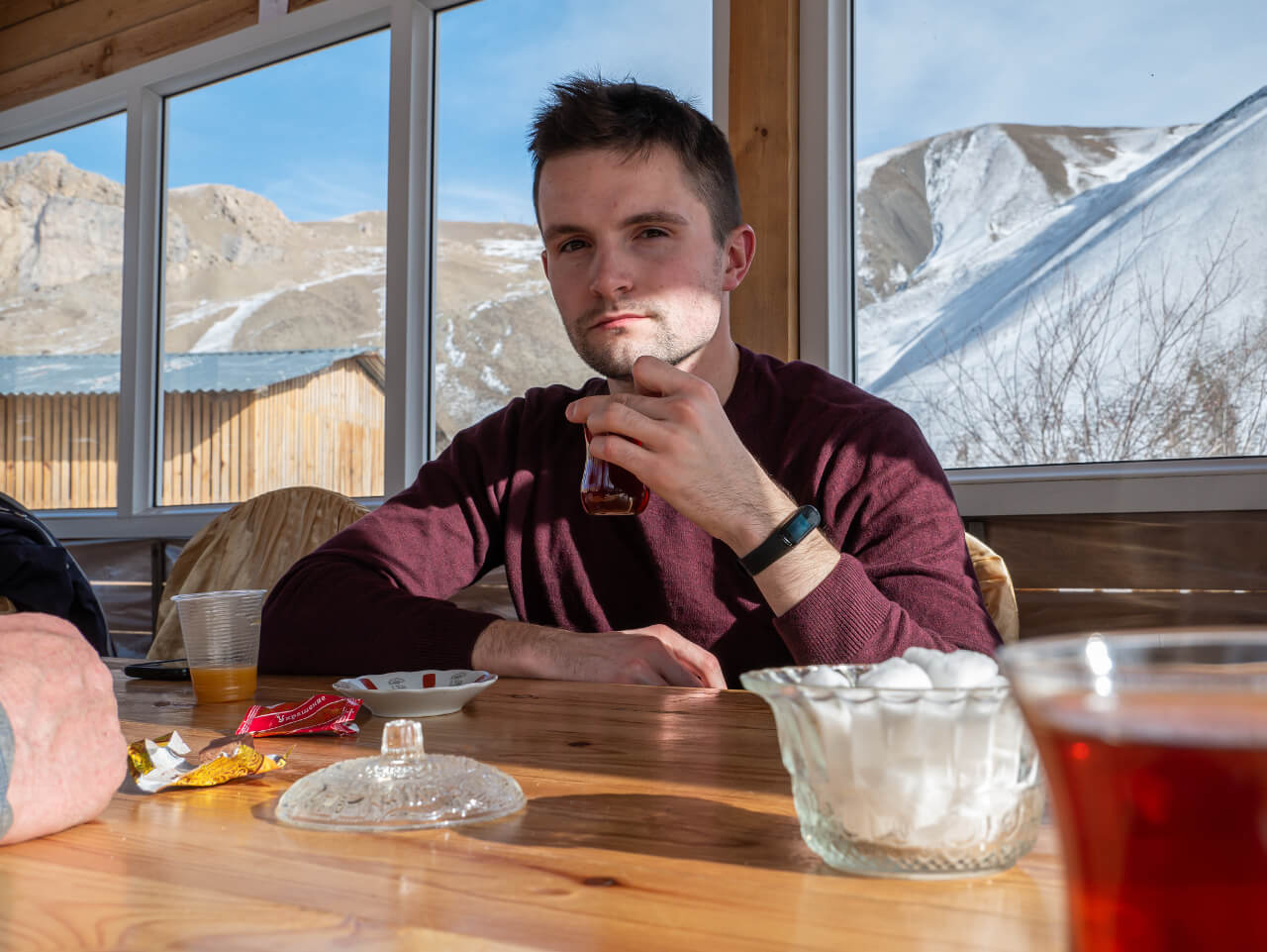 Bartek pije herbatę w drodze do XInaliq