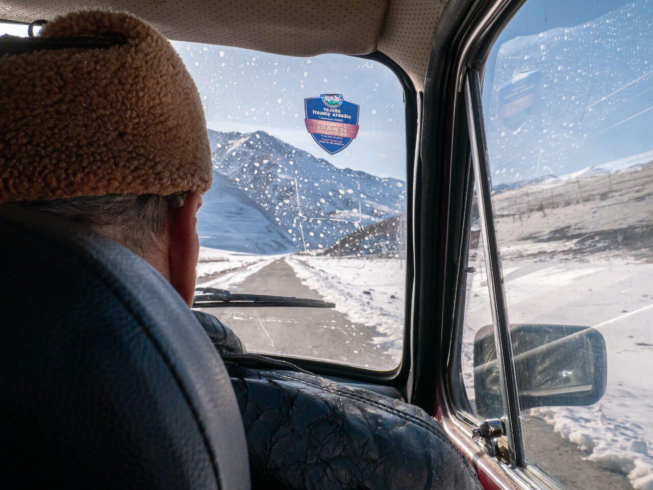 Widok z tylnego siedzenia Lady Niva w drodze do Xinaliq