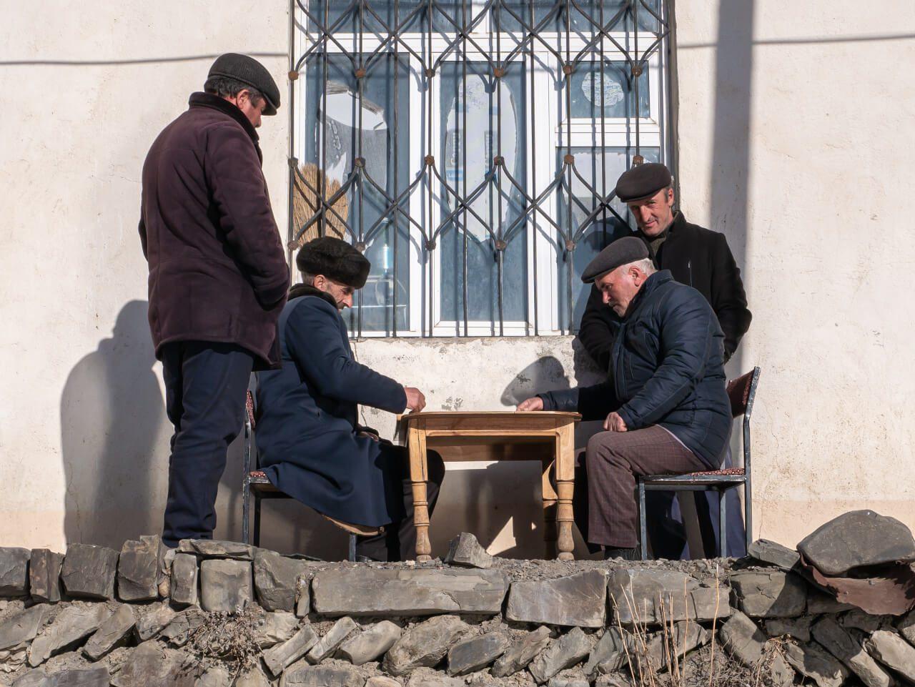 Mieszkańcy Xinaliq grający w kości
