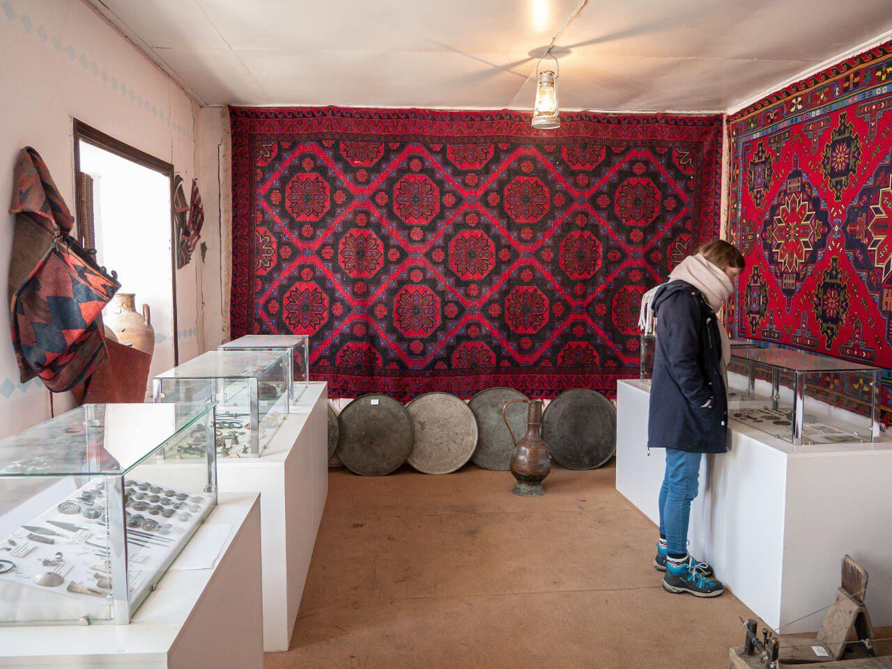 Wnętrze izby w Xinaliq