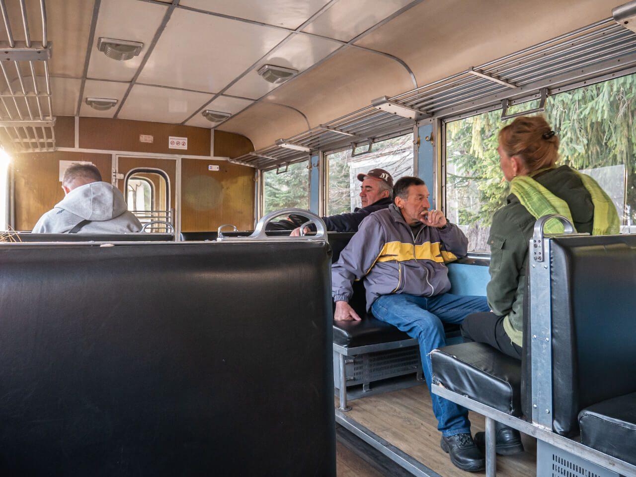 Pasażerowie w wagonie pociągu z Borjomi do Bakuriani