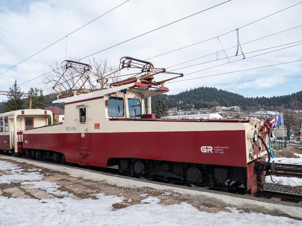 Widok na bok lokomotywy ЧС11 w Bakuriani