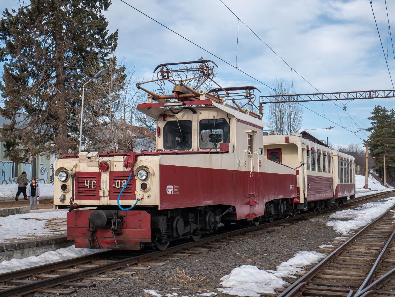 Lokomotywa ЧС11 na stacji w Bakuriani