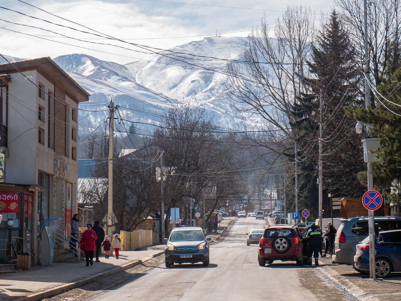 Ulica w Bakuriani z widokiem na góry