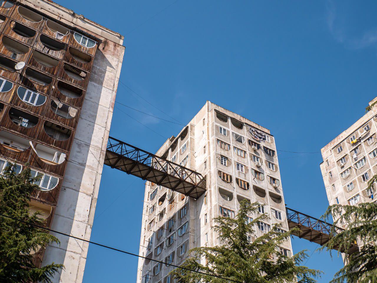 Budynki w Nutsubidze Plato połączone przejściem