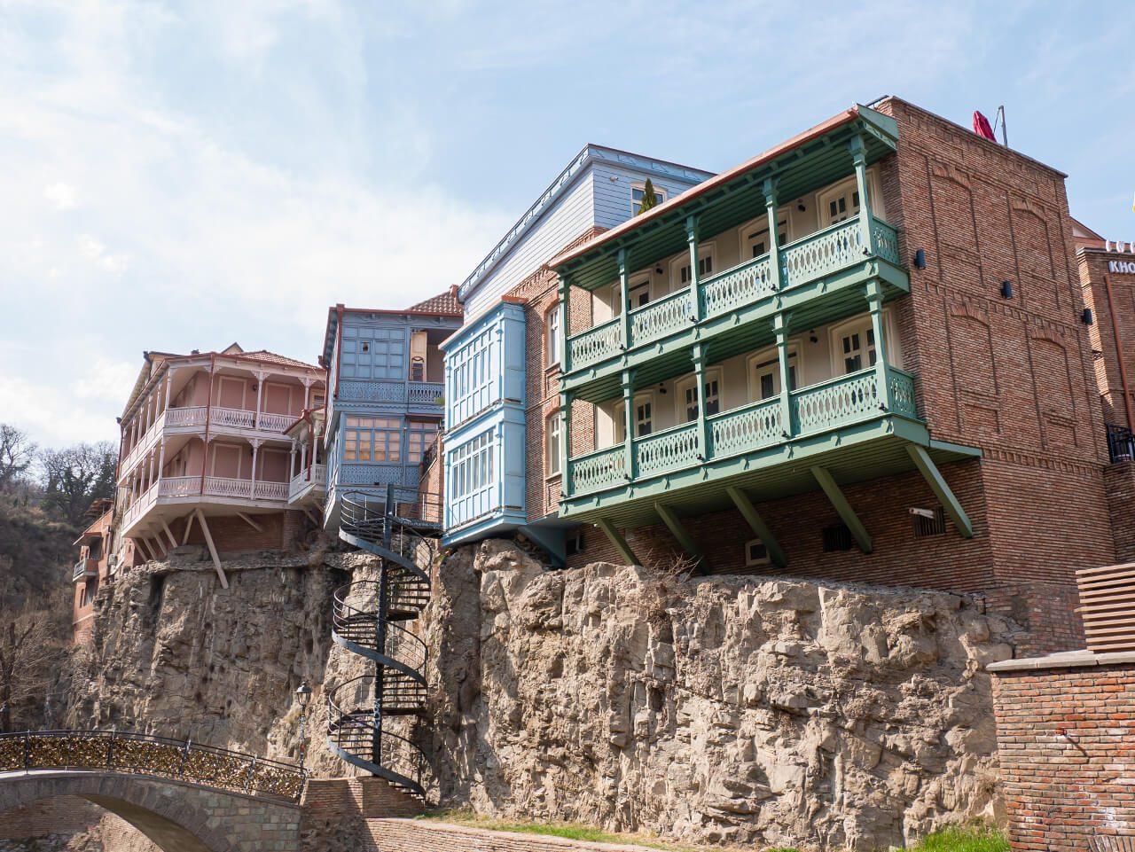 Budynki na klifach w Tbilisi
