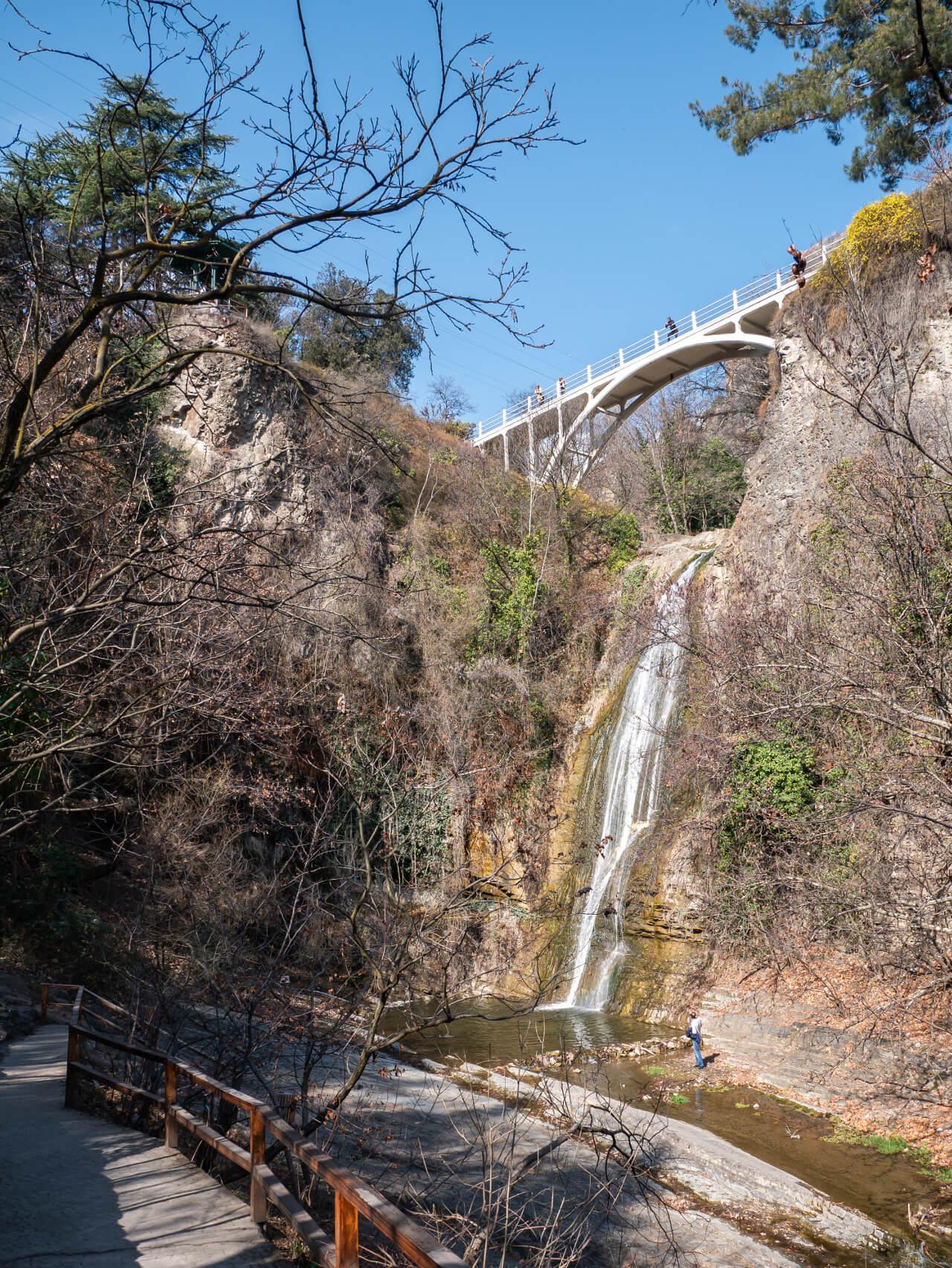 Wodospad w Ogrodzie Botanicznym w Tbilisi