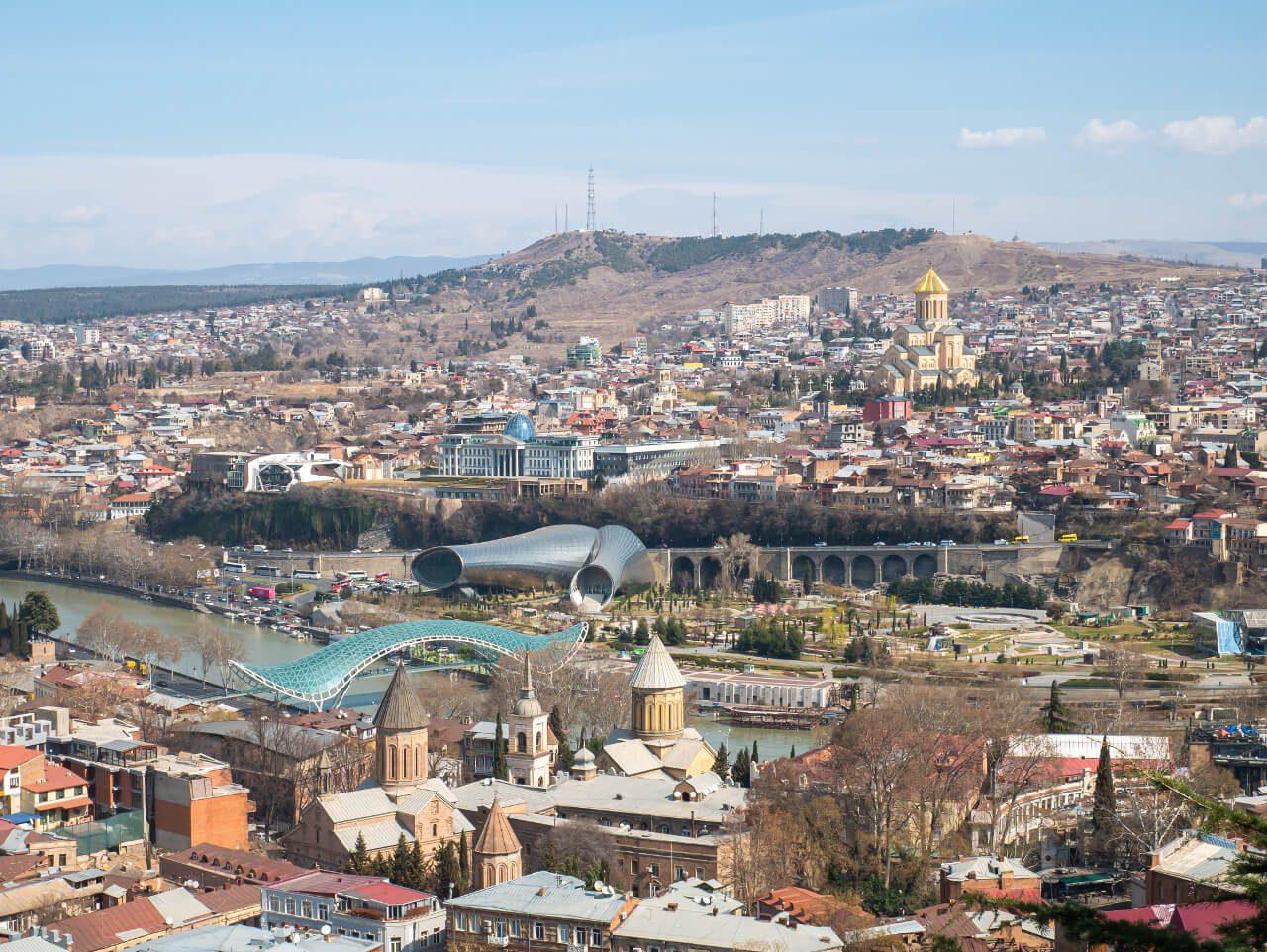 Widok z twierdzy Narikala na Park Rike z salą koncertową, Most Pokoju i sobór św. Trójcy