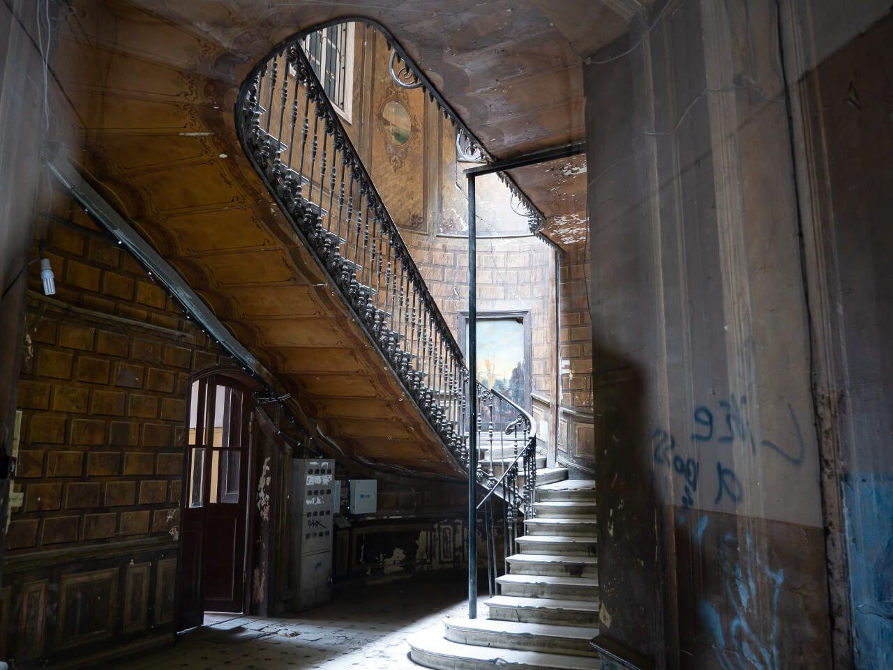 Klatka schodowa Hotelu London w Tblisi