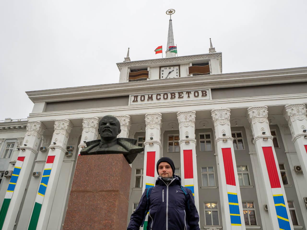Dom Sowietów w Tyraspolu z popiersiem Lenina