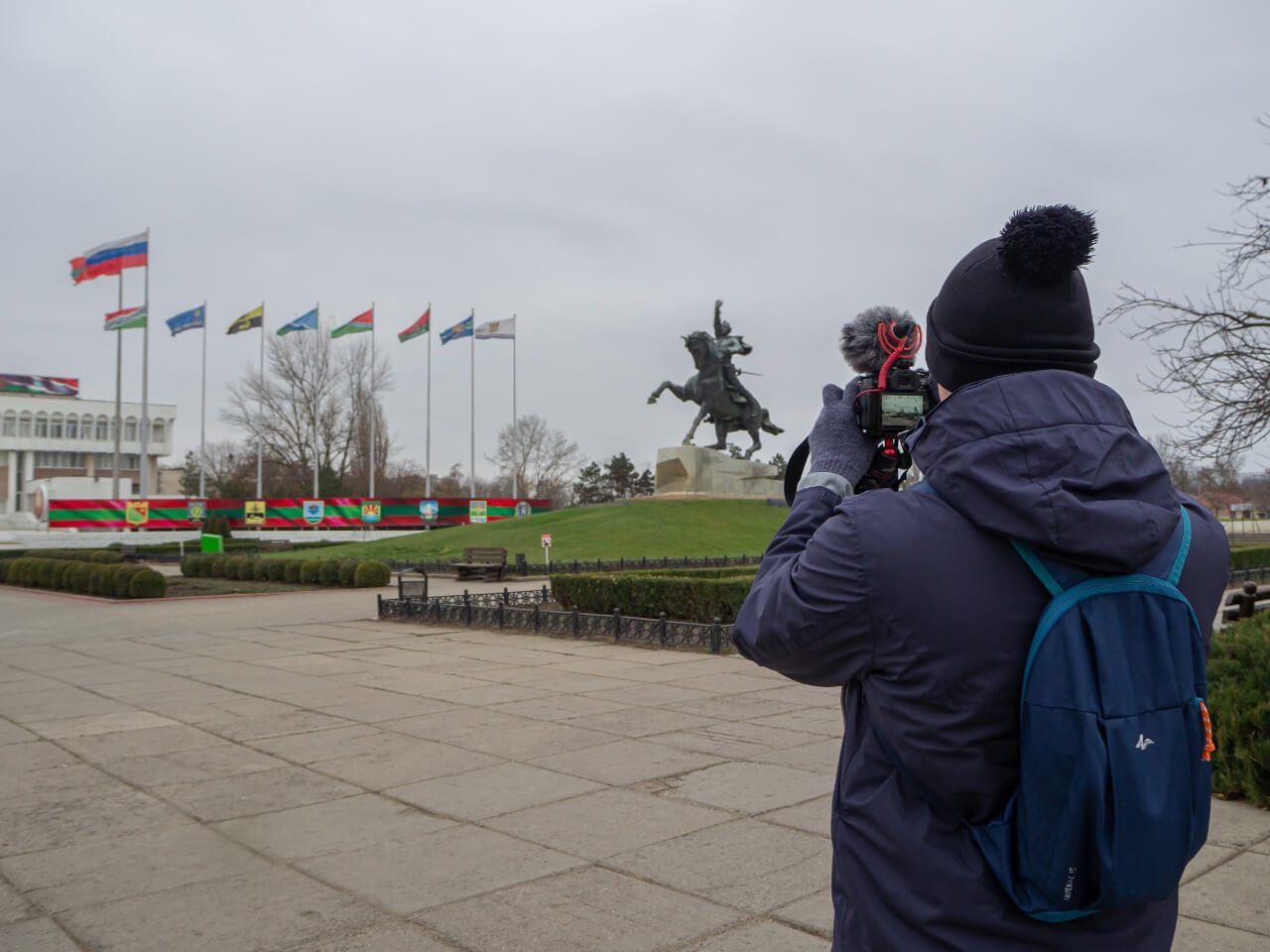 Bartekwpodrozy.pl robiący zdjęcie w Tyraspolu