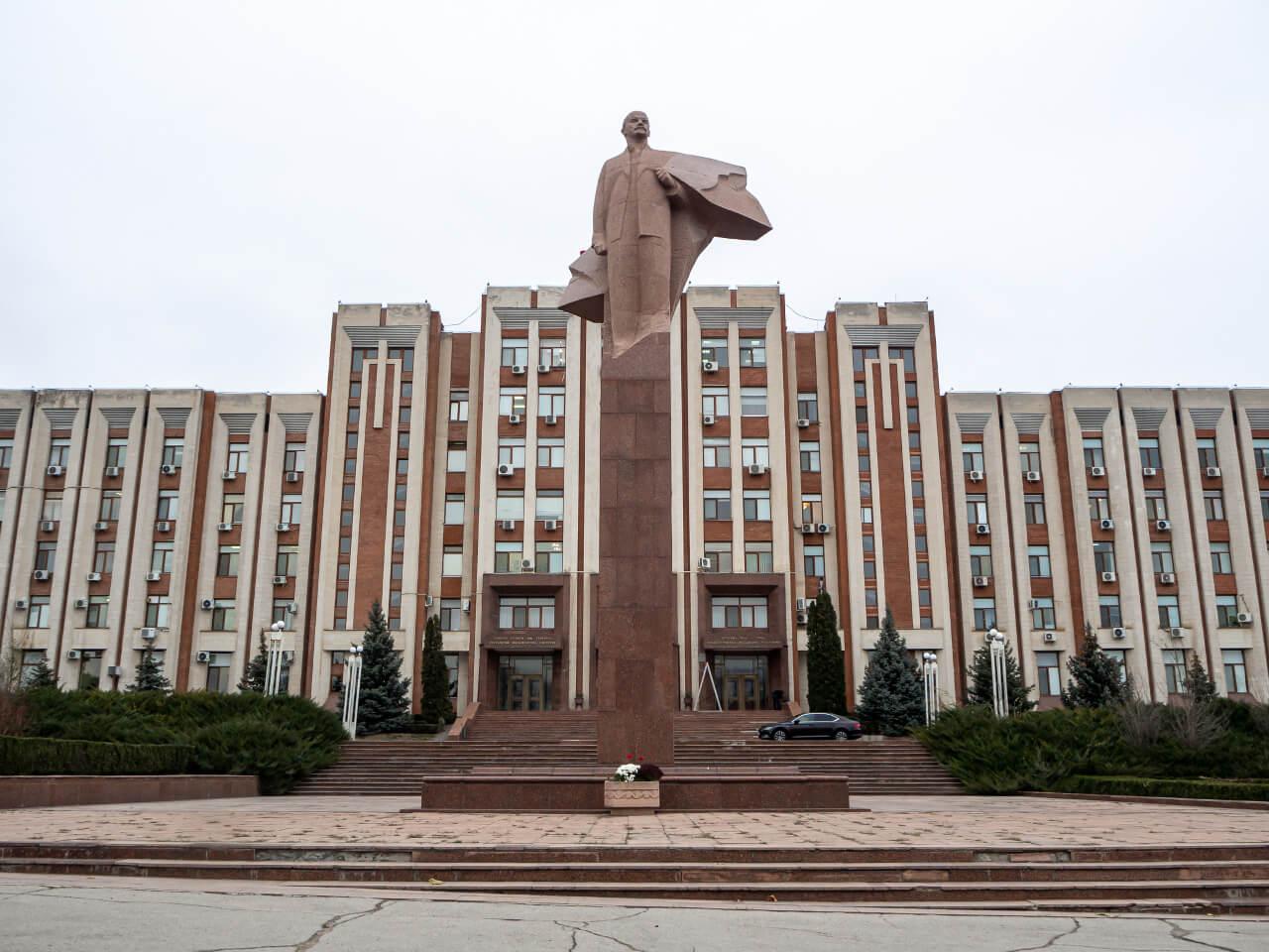 Gmach Rady Narodowej Naddniestrzańskiej Republiki Mołdawskiej z pomnikiem Lenina