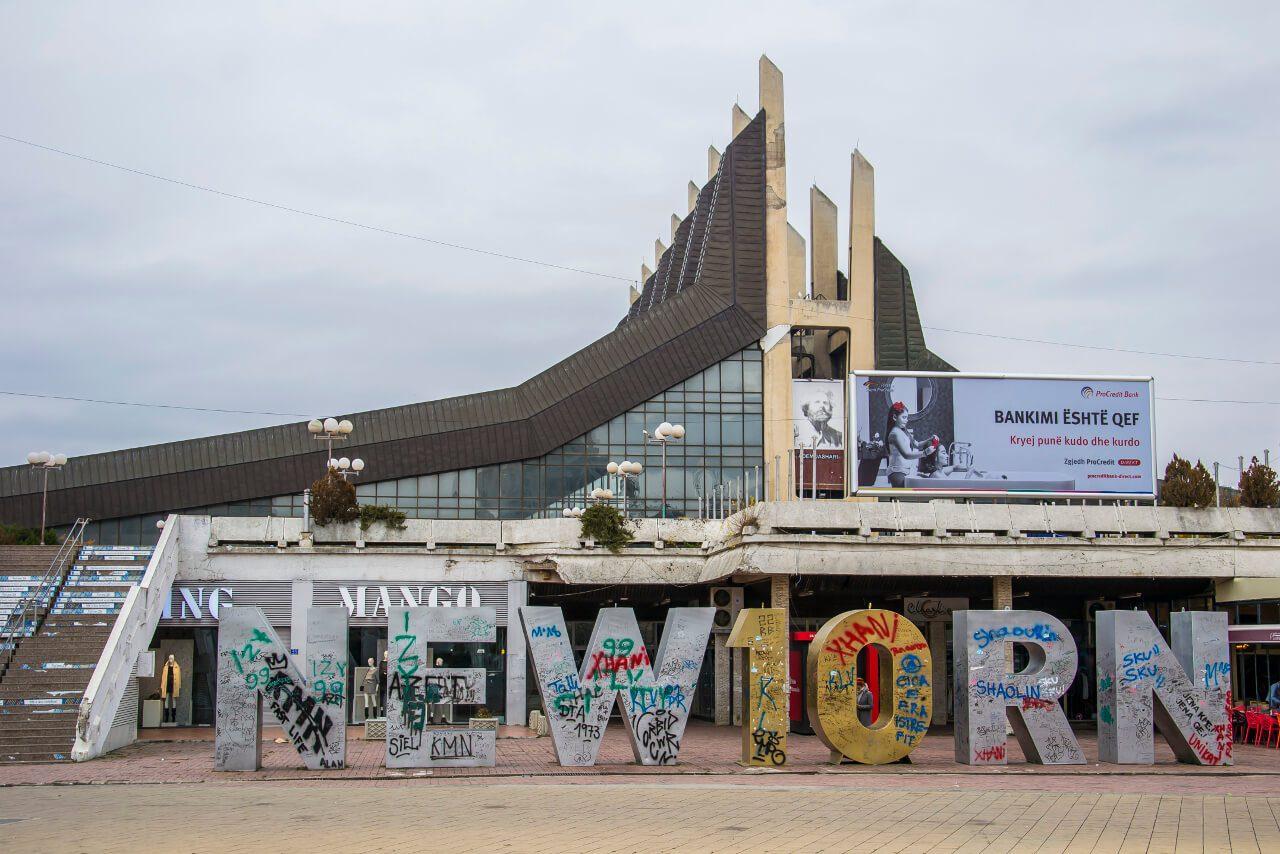 Pomnik Newborn w Prisztinie (Kosowo)