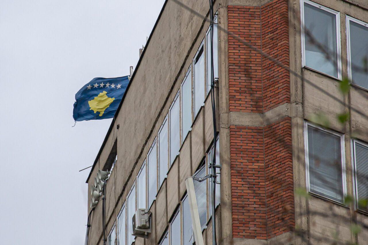 Flaga Kosowa w Prisztinie