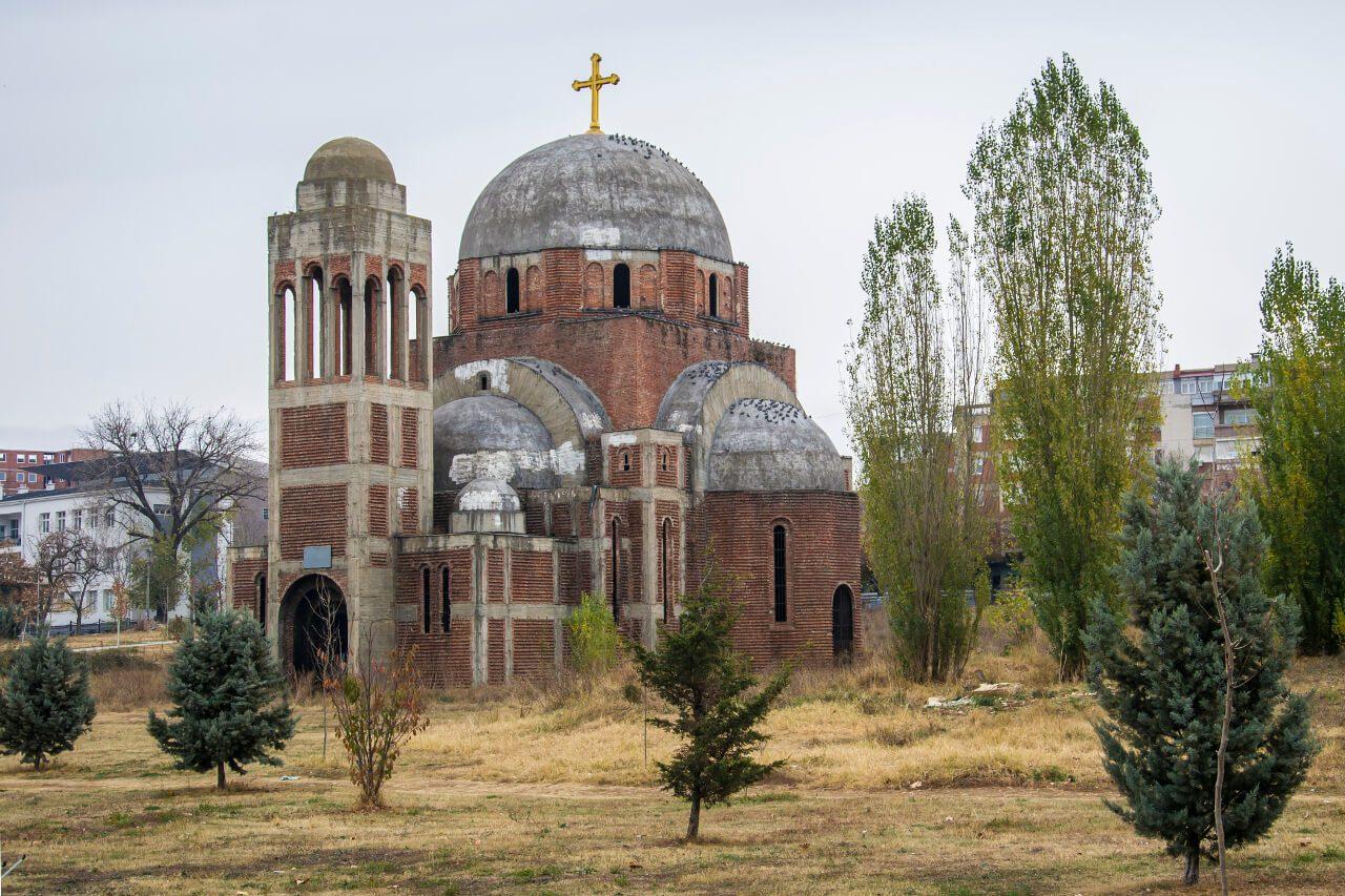 Opuszczony sobór w Prisztinie (Kosowo)