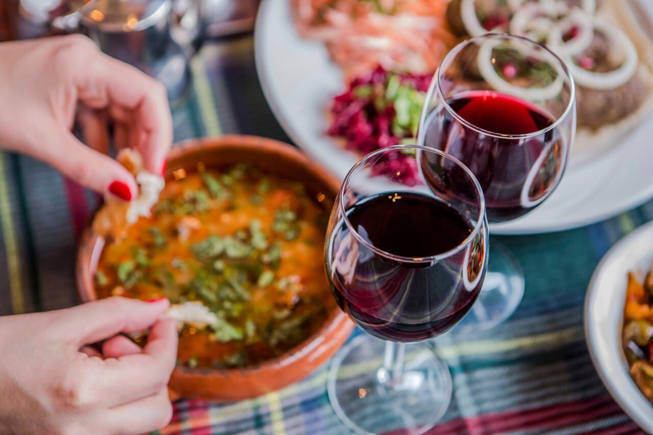 Gruzińskie wino i dania kuchni gruzińskiej