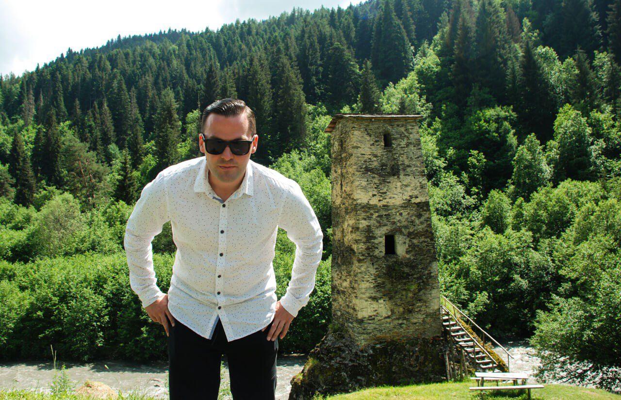 Polakogruzin przy wieży strażniczej w Swanetii