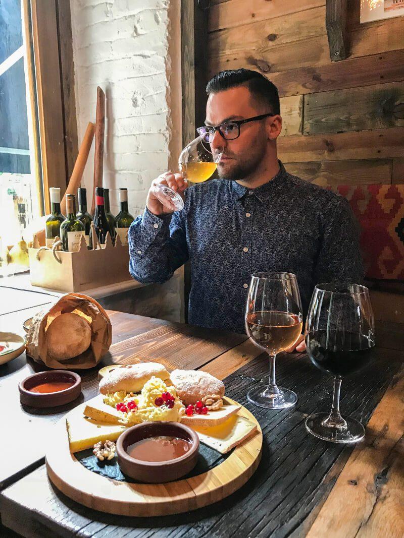 Polakogruzin pijący wino