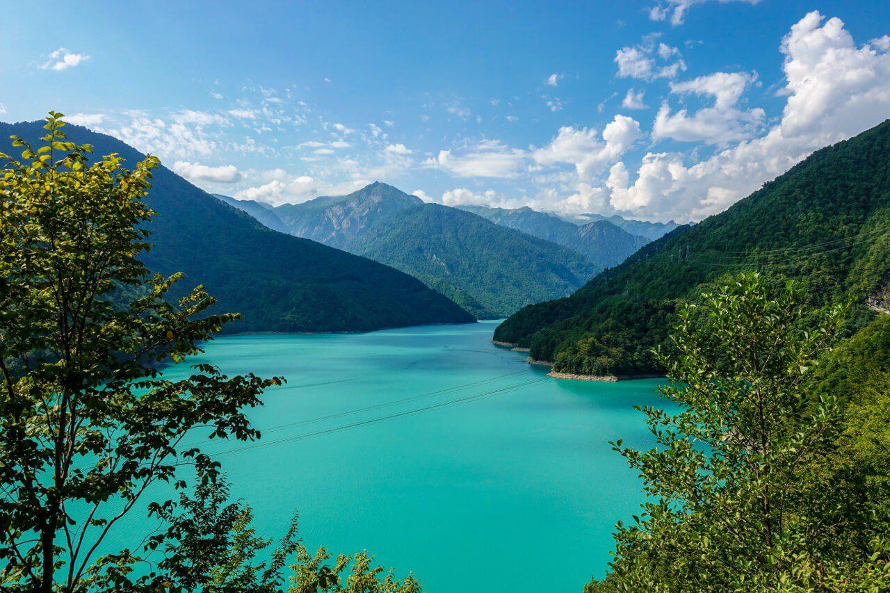 Góry i jezioro w Gruzji