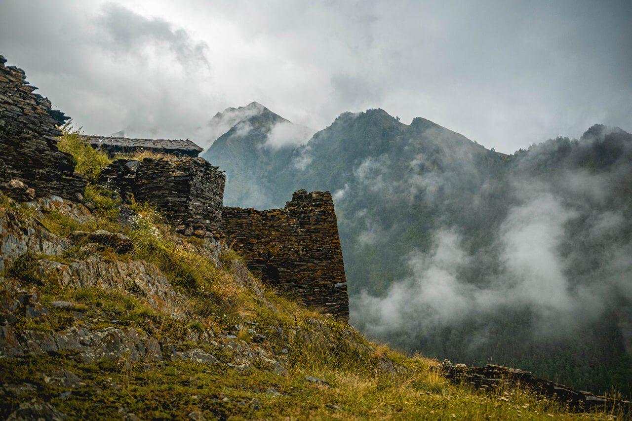 Góry i budynki w Gruzji